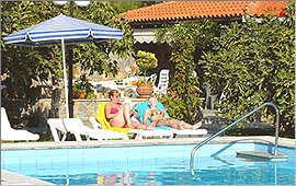 Swimmingpool und Pavillon